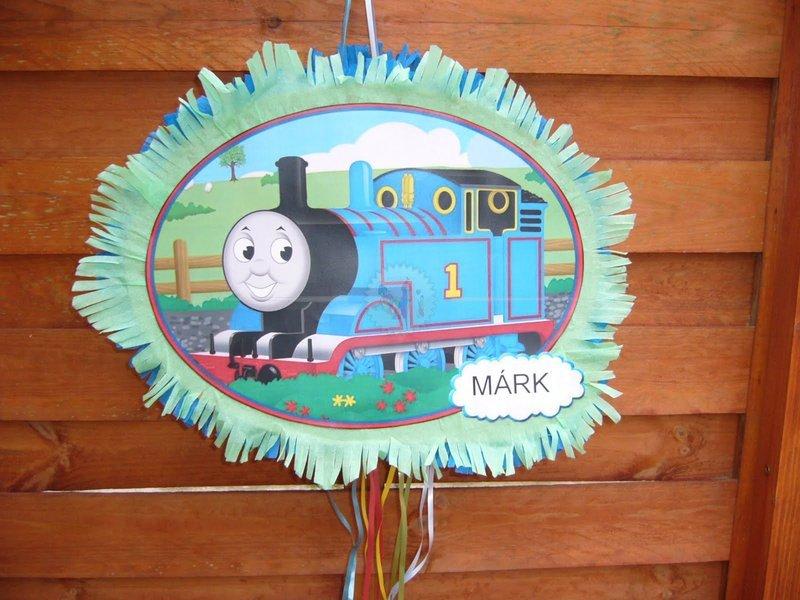 Thomas a gőzmozdony Piñata ,méretei: 43x31x10 cm